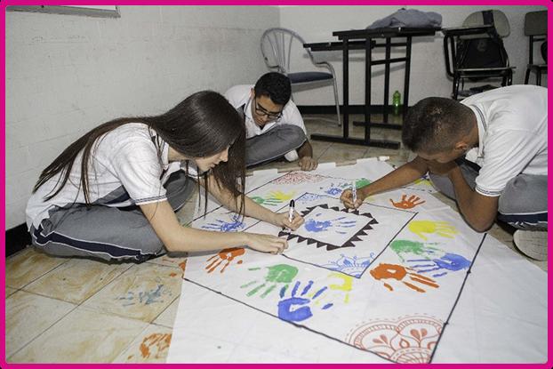 Fundación Frisby jovenes pintando